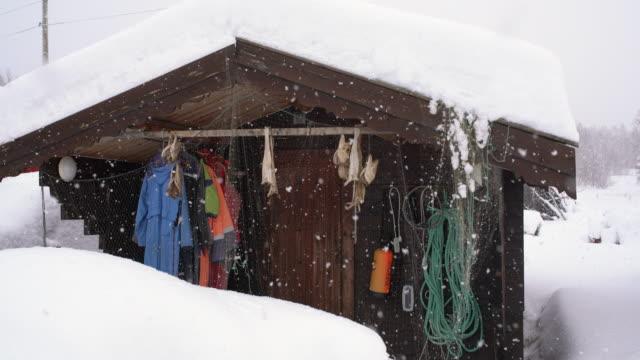stockvideo's en b-roll-footage met kleine pan visserij hut in noorwegen - huisje