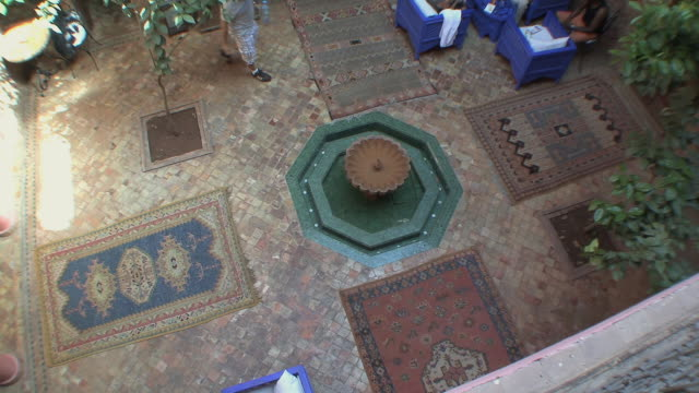 ws ha small fountain in riad courtyard, marrakech, morocco - pavimento video stock e b–roll