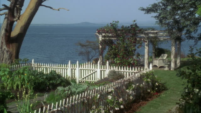 WS Small garden with pergola by sea