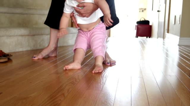 Kleines Mädchen Lernen zu Fuß