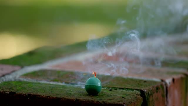 レンガ スローモーションで小さな緑の花火の爆発 - 可燃性点の映像素材/bロール