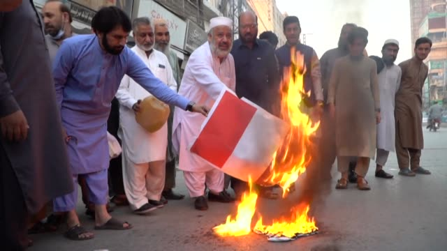 small group of pakistanis in peshawar protest after french president emmanuel macron criticised islamists and defended the publication of religious... - peshawar stock videos & royalty-free footage