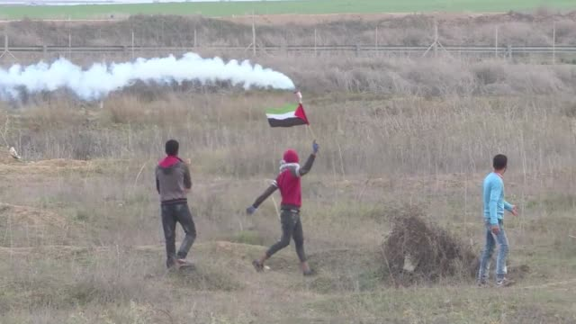 a small group of palestinians faced off wednesday with israeli forces at the border fence east of the gaza strip - gaza strip stock videos & royalty-free footage
