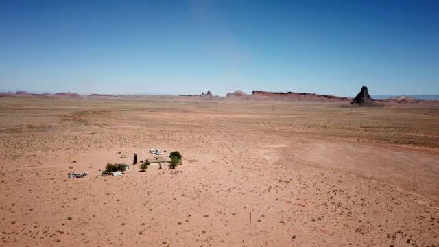 Pequeño grupo de casas remolque en medio de desierto de Arizona