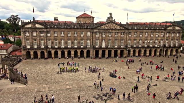 vídeos de stock e filmes b-roll de small groups of tourists in the praza do obradoiro - patio