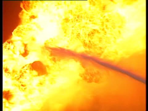 vidéos et rushes de small hose of water hitting large flames. gulf war: kuwait, 1991. - brasier