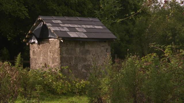 vídeos de stock e filmes b-roll de a small house architecture - república da irlanda