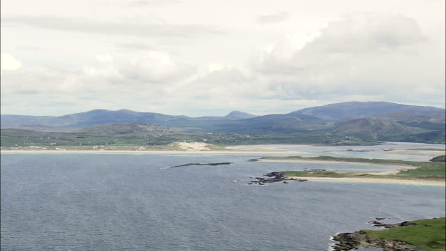 小さな島とビーチオフ portnoo -航空写真-アルスター、ドニゴール、アイルランド - アルスター州点の映像素材/bロール
