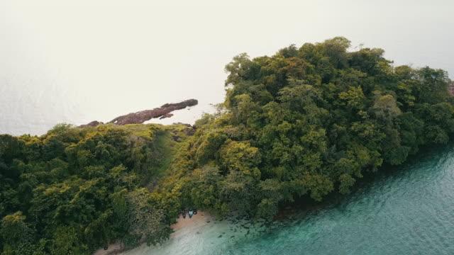vídeos de stock e filmes b-roll de small island in tropical sea against blue sky. - mar de andamão