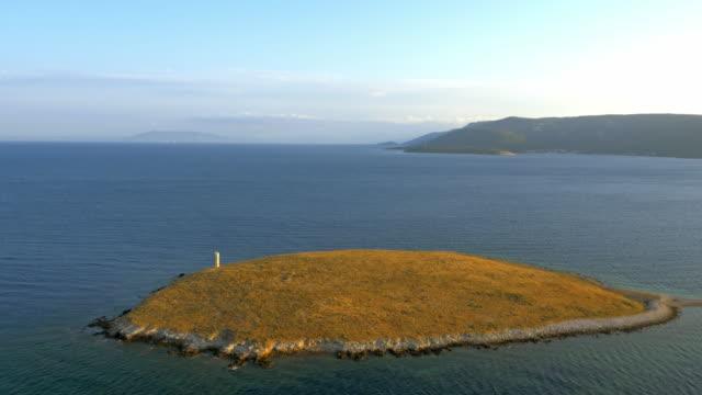 空中の小さな島灯台 - ツレス点の映像素材/bロール