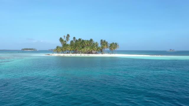サンブラスパナマのココナッツの木を持つ小さな島 - パナマ点の映像素材/bロール