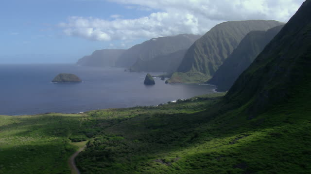 vídeos y material grabado en eventos de stock de small islets lie within kalaupapa national park, a remote area including the north central coast of molokai. the national park protects many threatened and endangered species endemic to the hawaiian islands. - reserva natural parque nacional
