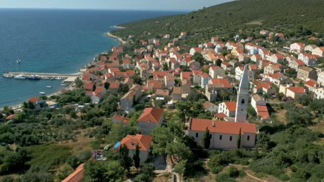 vídeos de stock, filmes e b-roll de aérea cidade pequena mediterrâneo à beira-mar - cres croácia