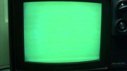 vídeos y material grabado en eventos de stock de cu small old style television set with green screen - anticuado
