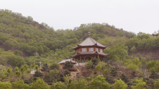 small pagoda on hill outside of beijing - wide shot - pagode stock videos & royalty-free footage
