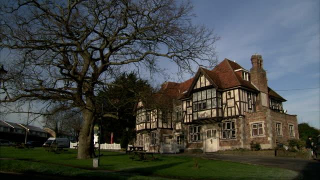 vídeos de stock e filmes b-roll de a small park borders a tudor estate in polegate, england. available in hd. - tudor