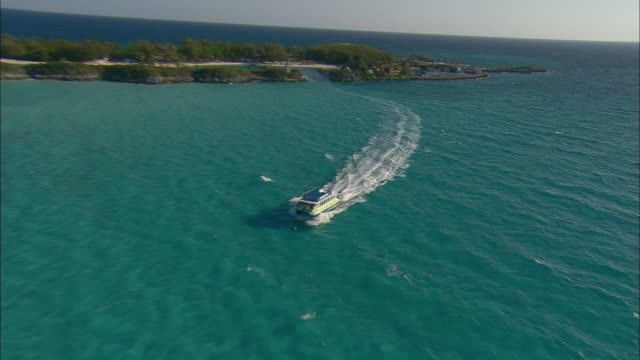 vídeos y material grabado en eventos de stock de aerial zo small passenger ferry boat and resort island with lagoons and beaches near nassau, bahamas - nassau