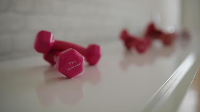 stockvideo's en b-roll-footage met kleine roze halters - handhaltertje