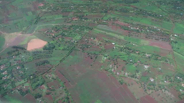 vídeos y material grabado en eventos de stock de small plane pov of ground below w buildings, roads, farms 2 - wiese