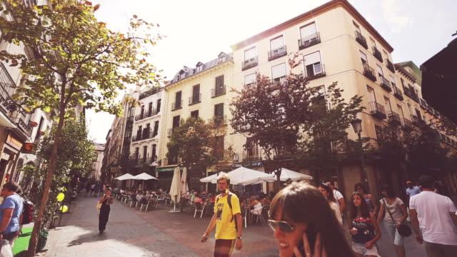 vídeos y material grabado en eventos de stock de pequeña plaza en el centro de la ciudad de madrid - bar