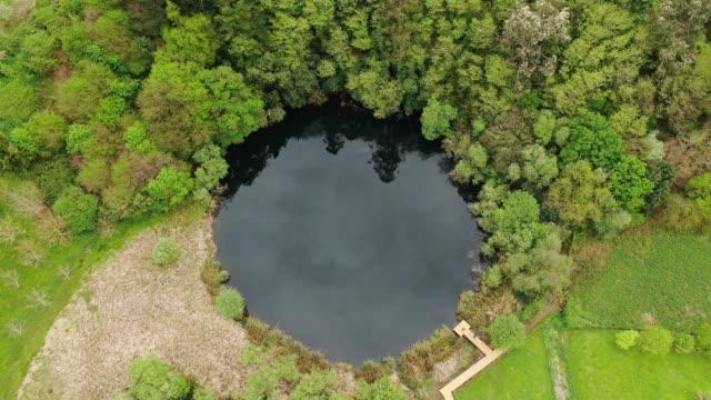 上から見た小さな丸い湖 - 湖点の映像素材/bロール