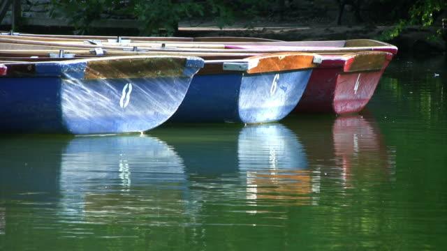 stockvideo's en b-roll-footage met small rowing boats floating on lake, peaceful, hd - vier dingen