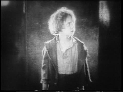 vidéos et rushes de b/w 1922 small scared orphan boy (jackie coogan) holding up bowl / feature - orphelin