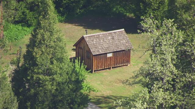 vidéos et rushes de ws aerial pov small shack at malakoff diggins state historic park, california - cahute