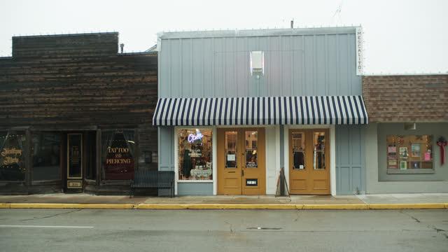 small shops and tattoo parlor in brenham, texas - insegna di negozio video stock e b–roll