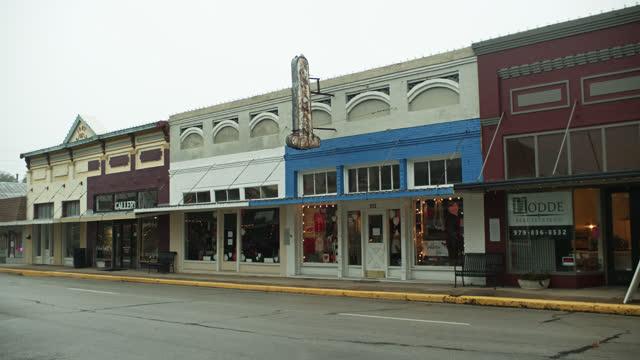 vidéos et rushes de small shops on alamo st in brenham, texas - l'amérique profonde
