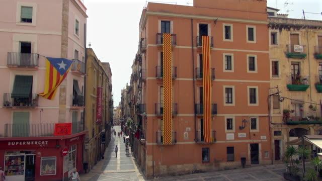 small side street in tarragona spain - campo totale video stock e b–roll