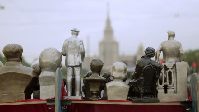 Small statue busts facing the University of Moscow