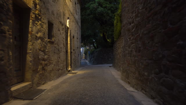 a small street road at dusk night in a small village in tuscany, italy, europe. - dorf stock-videos und b-roll-filmmaterial
