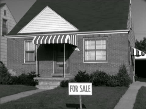 """b/w 1952/53? small suburban home with """"for sale"""" sign on lawn - 不動産の看板点の映像素材/bロール"""