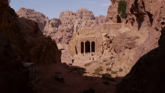 ws small temple in the archaeological site in petra, jordan, middle east. - 遺跡点の映像素材/bロール