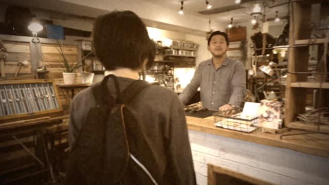 vídeos de stock e filmes b-roll de small tokyo watch shop vintage 8mm film look - imagem tonalizada