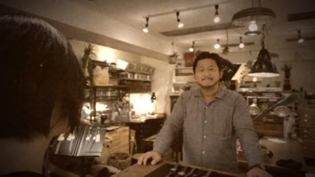 kleinen tokio watch shop jahrgang 8mm-film-look - 8mm filmprojektor stock-videos und b-roll-filmmaterial