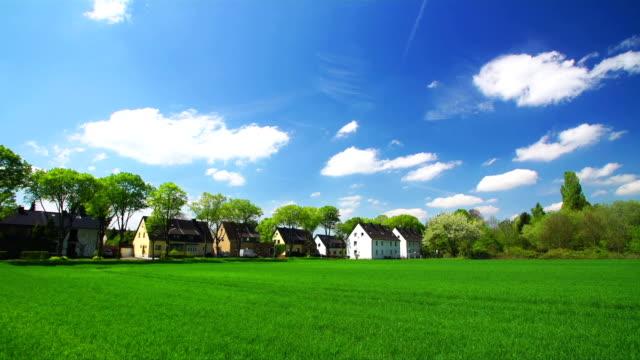クレーンダウン:小さな町ドイツ - 放牧地点の映像素材/bロール