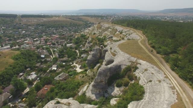 Antenne: Kleine Stadt im Tal zwischen Schluchten