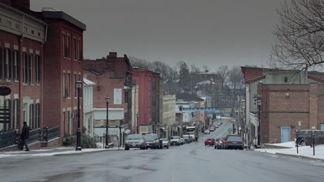 vídeos de stock, filmes e b-roll de ws a small town main street in the snow / united states - localidade pequena
