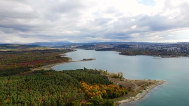 航空写真: 美しい湖に近い小さな町 - クワッドコプター点の映像素材/bロール