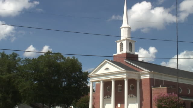 stockvideo's en b-roll-footage met (hd1080i) small town north american church and traffic, front - torenspits