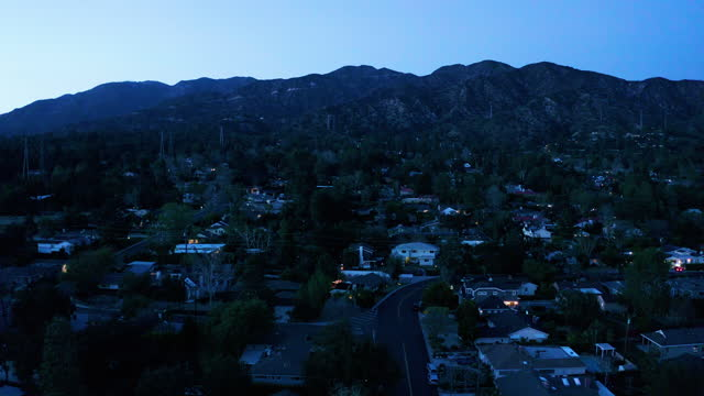 夕暮れ時のラ・カナダ・カリフォルニアの小さな町 - ドローンショット - 宅地点の映像素材/bロール