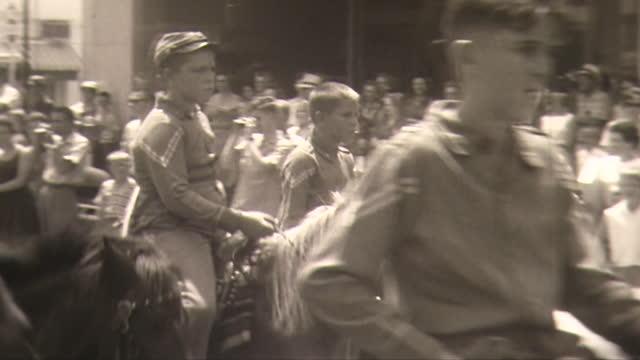 vídeos y material grabado en eventos de stock de small town parade beauty queens confederate riders on horseback march - señal de nombre de calle