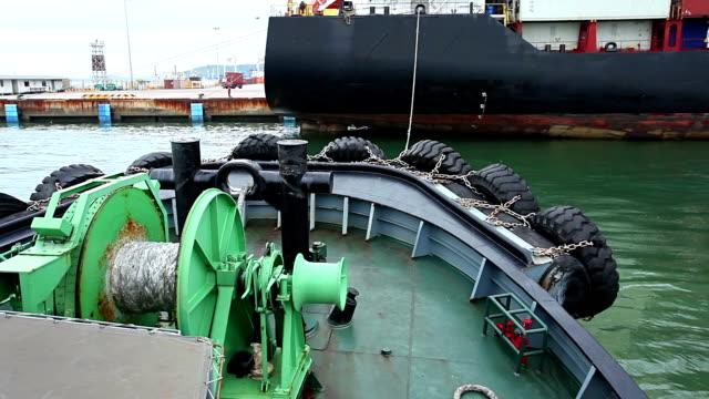 Kleine tug Boot Unterstützung mehrerer cargo Schiff.