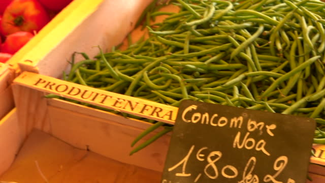 vidéos et rushes de petit marché de légumes - harison et tomate - étal de marché