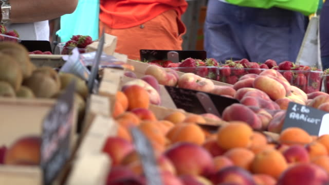 vídeos y material grabado en eventos de stock de pequeño mercado de verduras - cesta