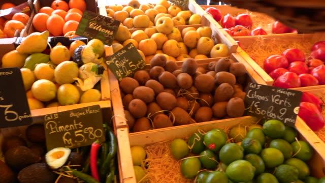vidéos et rushes de petit marché de légumes - étal de marché