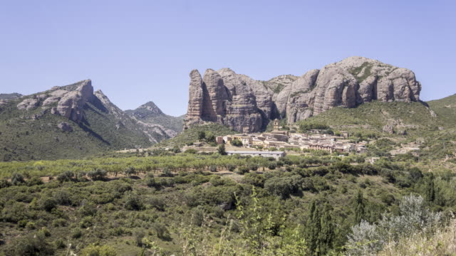 a small village beneath the giant rock wall - pueblo bonito stock videos & royalty-free footage