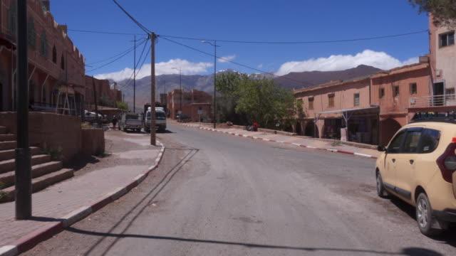 small village in atlas mountain range - dorf stock-videos und b-roll-filmmaterial